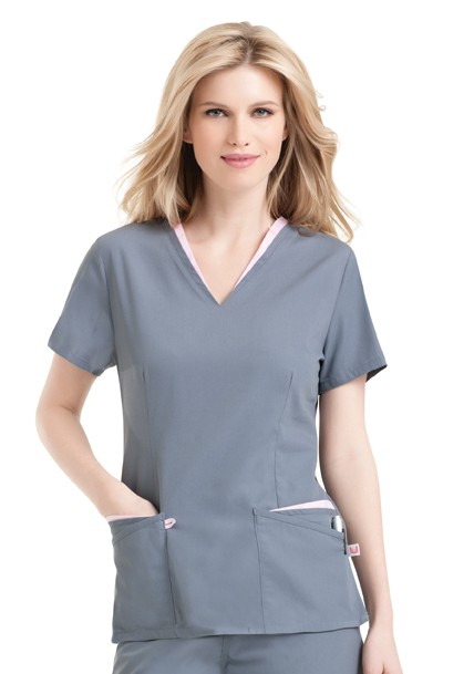Edging multi-pocket scrub top